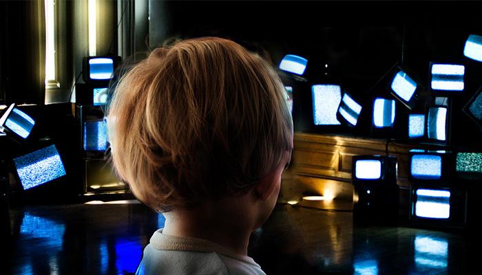 6 خطر نور آبی برای کودکان و 5 راه کار مقابله با آن