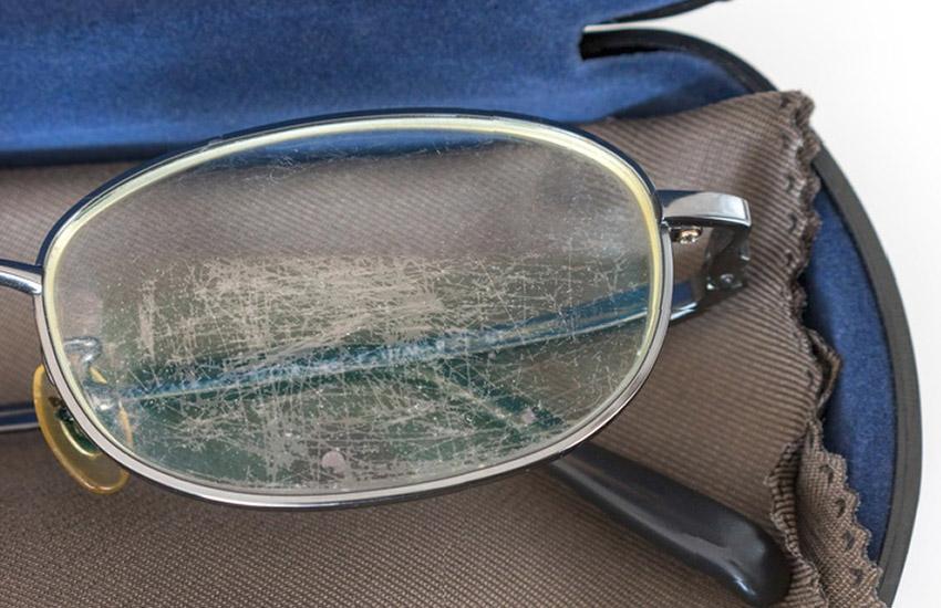 چگونه خش عینک را پاک کنیم
