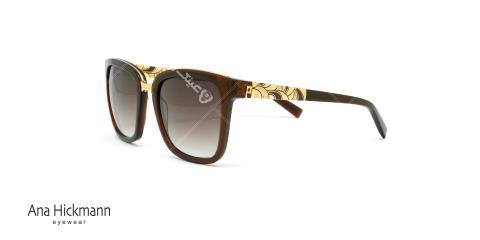 عینک آفتابی آنا هیکمن قهوه ای دسته طلایی - عکاسی وحدت - عکس از زاویه سه رخ