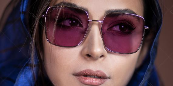 عینک آفتابی مربعی بولون - BOLON BL7090- رنگ طلایی و بنفش - عکاسی وحدت - عکس با مدل