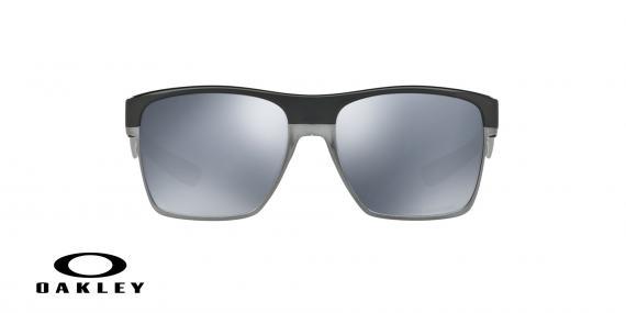 عینک آفتابی اوکلی بیس دار بدنه مشکی عدسی دودی جیوه ای - ویژه فروش آنلاین - زاویه روبرو