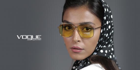 عینک آفتابی دوپل وگ - VOGUE VO4083S - فریم طلایی وشیشه زرد - عکاسی وحدت - عکس از مدل