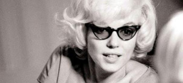 مرلین مونرو با عینکی از مدل گربه ای